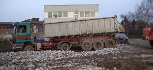 Sattelzugmaschine Hollenberg mit Recyclingmaterial an Baustelle