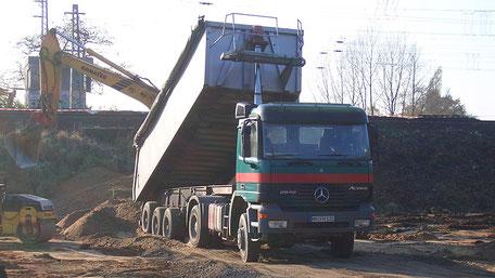 Sattelzugmaschine mit Stahlmulde Hollenberg