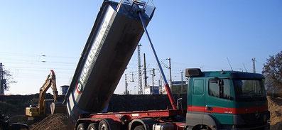 Sattelzugmaschinen Hollenberg an Baustelle